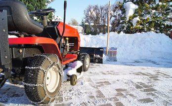 Skotta snö med åkgräsklippare - Trädgårdstraktor med snöblad